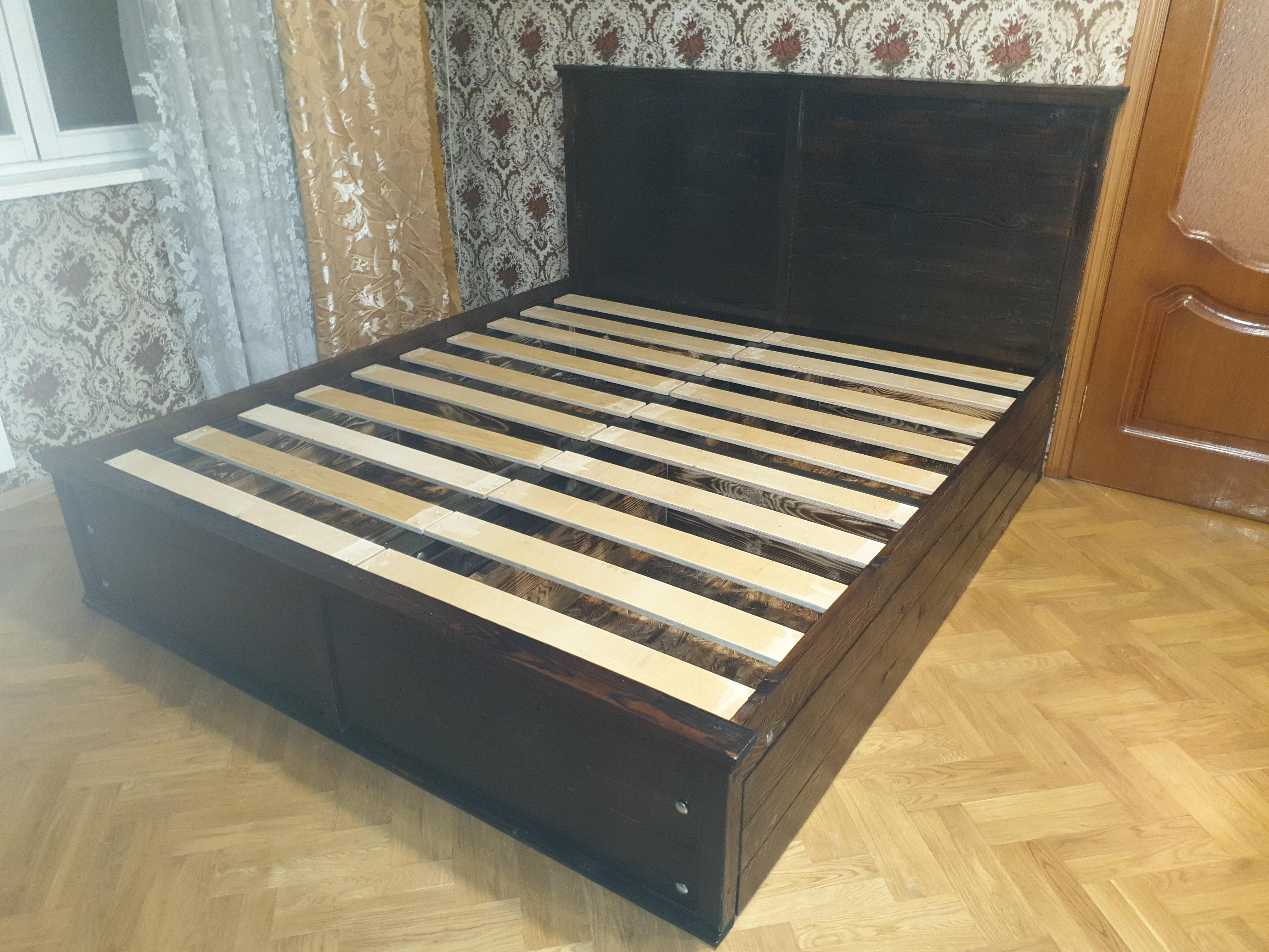 кровать из дерева