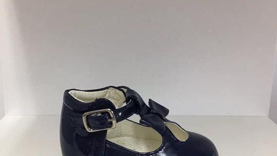 Keyhole patent shoe