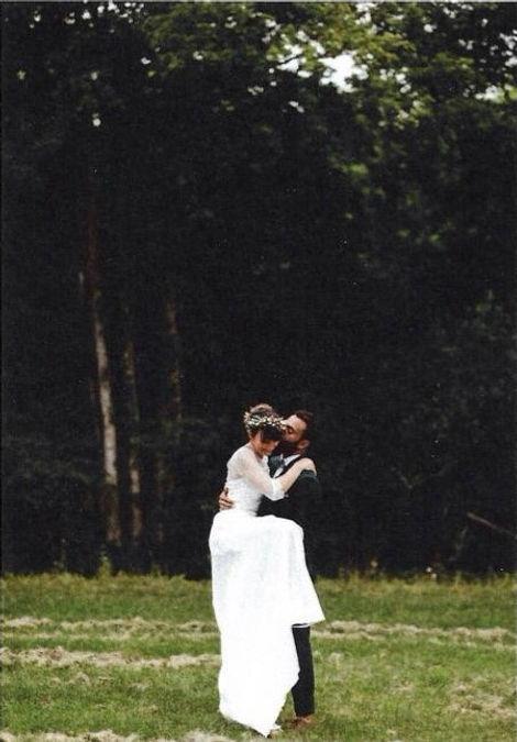 Marié embrassant la mariée dans un champs.jpg