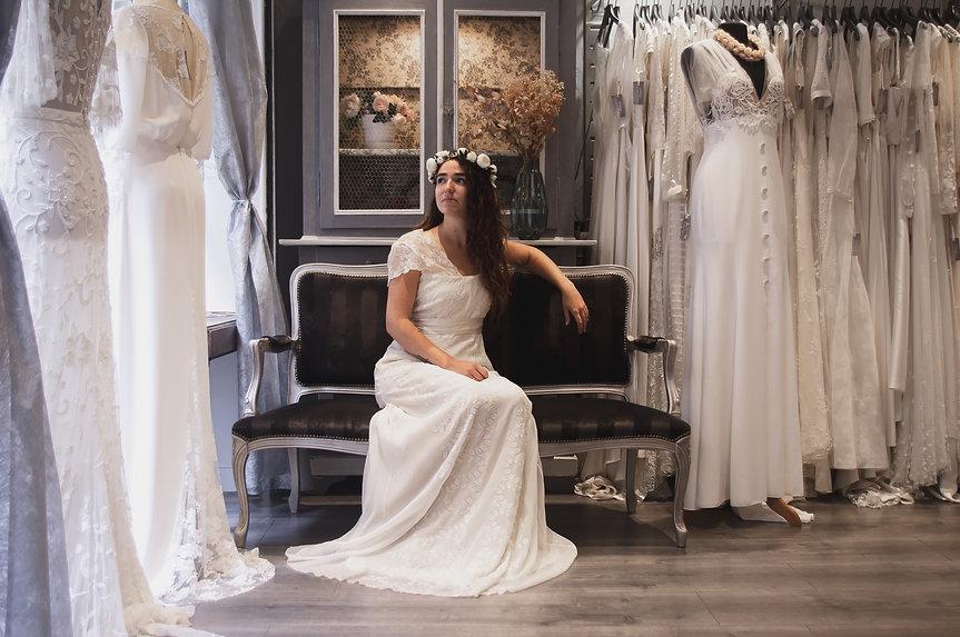 Mariée dans la boutique Fortunée.jpg