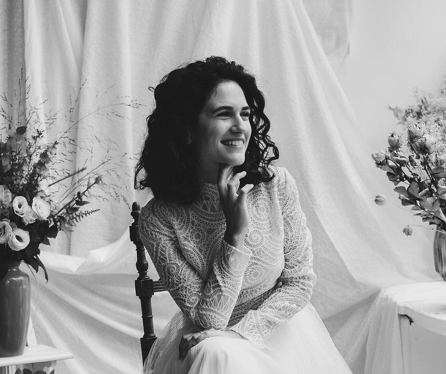 Mariée en robe blanche souriante.jpg