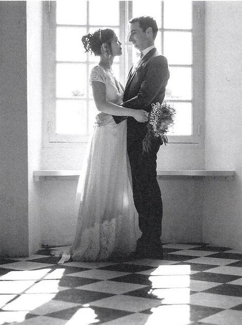 Couple de mariés se regardant dans les yeux.jpg