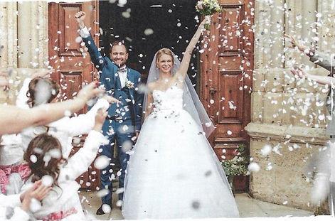 Couple de mariés à la sortie de l'église.jpg