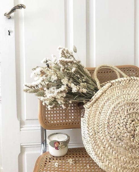 Bougie fleurie sur une chaise.jpg