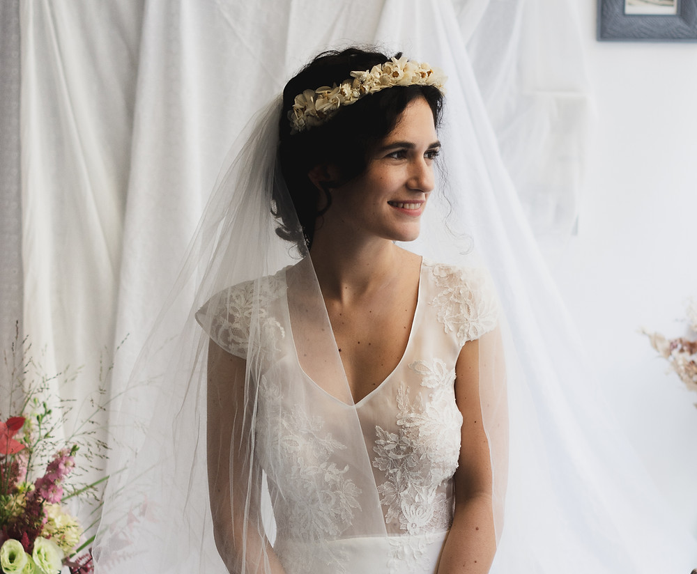 Femme en robe de mariage souriante