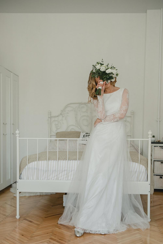Mariée en robe trapèze de dos