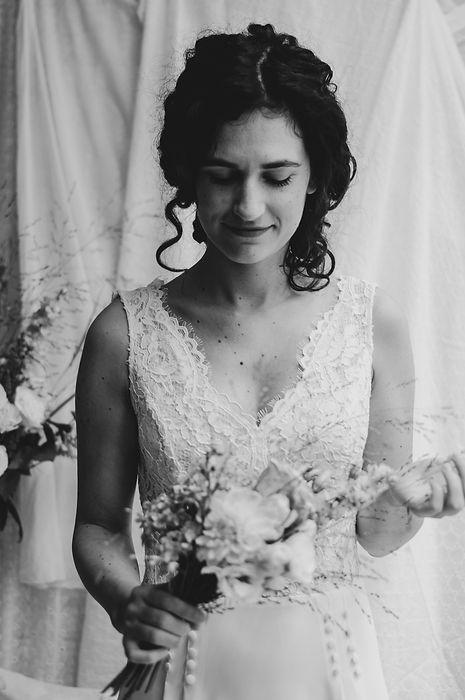 Mariée noir et blanc avec son bouquet.jpg
