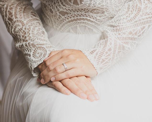 Deux mains de mariée avec alliance.jpg