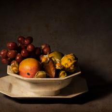 Frutero de loza con fruta exótica