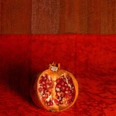 Granada sobre damasco rojo