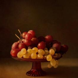 Frutero con uvas blancas y rojas