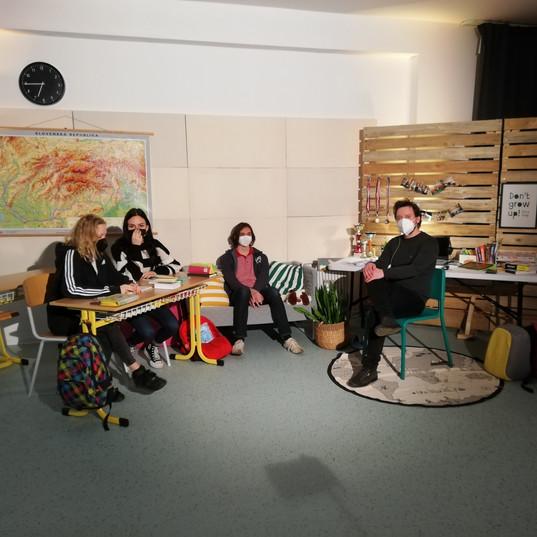 Studenti a moderátor před diskusí