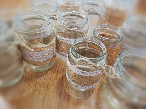 Skleněné vázy s jutovými provázky a krajkami - střední