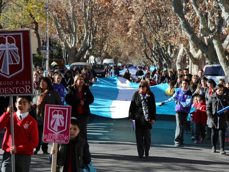 Marcha Celeste y Blanca del Colegio Redentor por las Calles de San Rafael