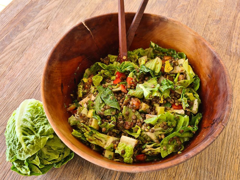 Sommersalat mit mini-Lattich und grünen Linsen