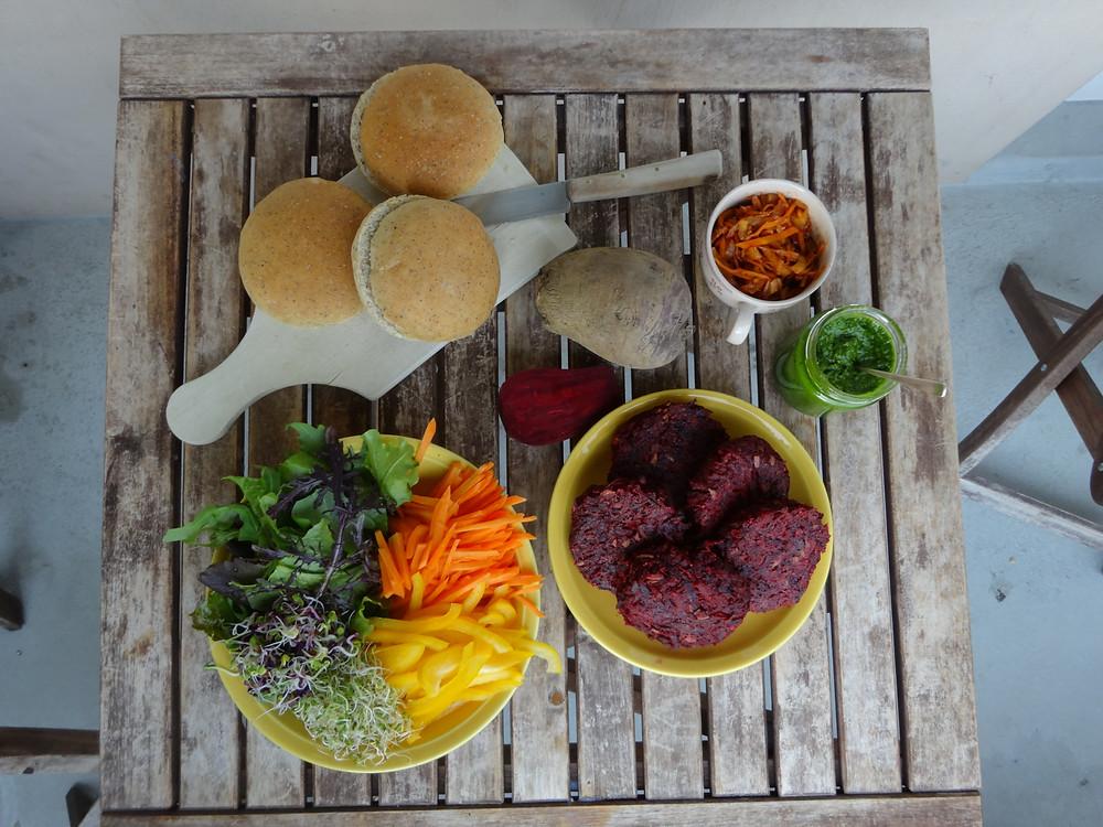 Burger Plätzchen mit Randen aus saisonalen und regionalen Bio Produkten