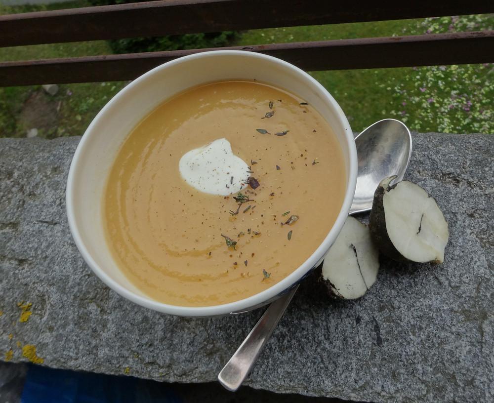 Suppe mit Winterrettich und Kartoffeln aus saisonalen und regionalen Bio Produkten