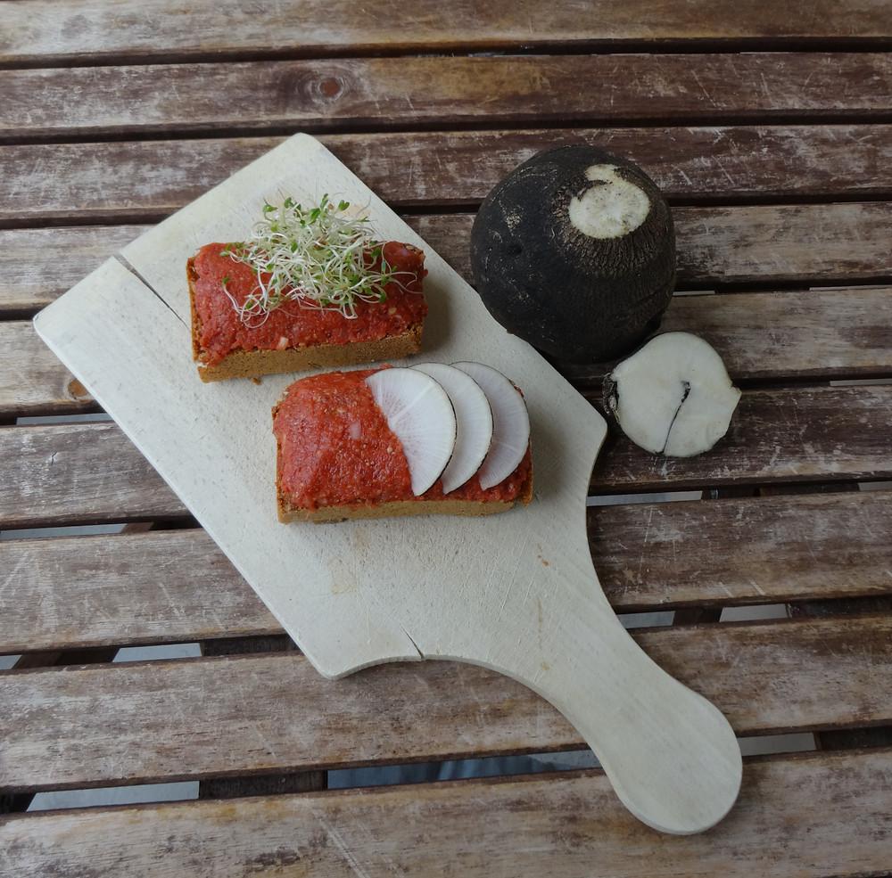 Brotaufstrich mit Winterrettich und Tomaten aus saisonalen und regionalen Bio Produkten