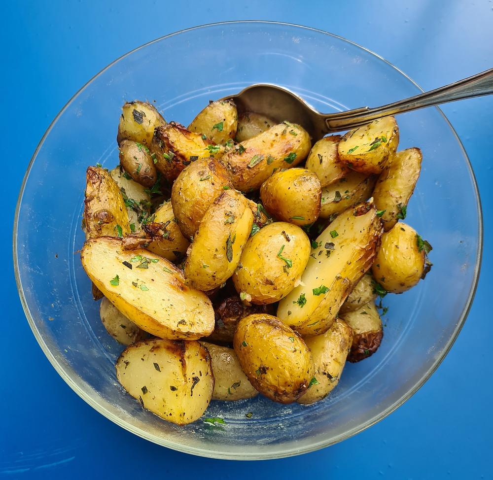 neue Kartoffeln im Ofen gebacken aus regionalen Zutaten
