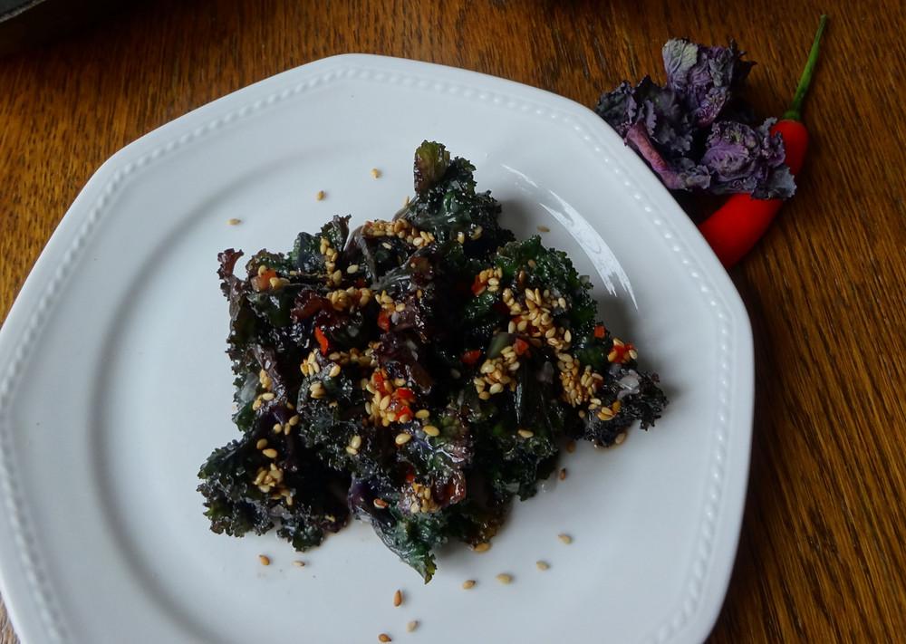 lauwarmer Frivole-Salat mit Asia Dressing aus regionalen Zutaten