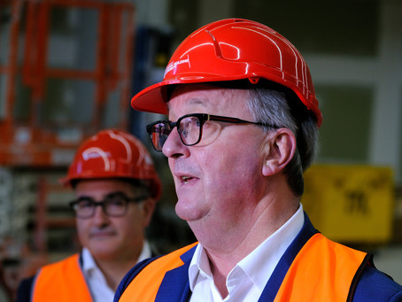 Infectious NSW man puts Vic on high alert