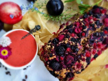 Saftiges Frühstücksbrot mit roten Beeren und Kakaonibs
