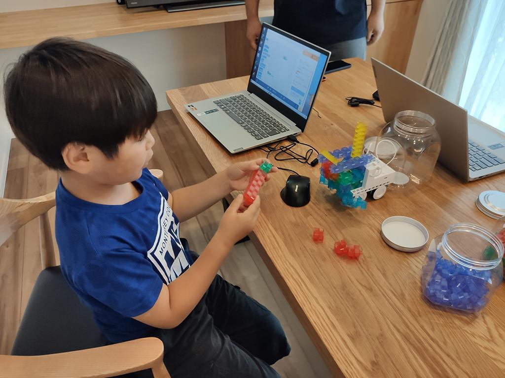 体験教室の様子(ロボットの改造の様子)