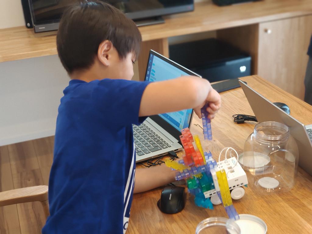 体験教室の様子(ロボットの改造の様子2)