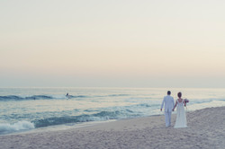 Noivos andando pela praia