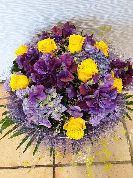 Bouquet rond avec structure assortie livrée dans son vase
