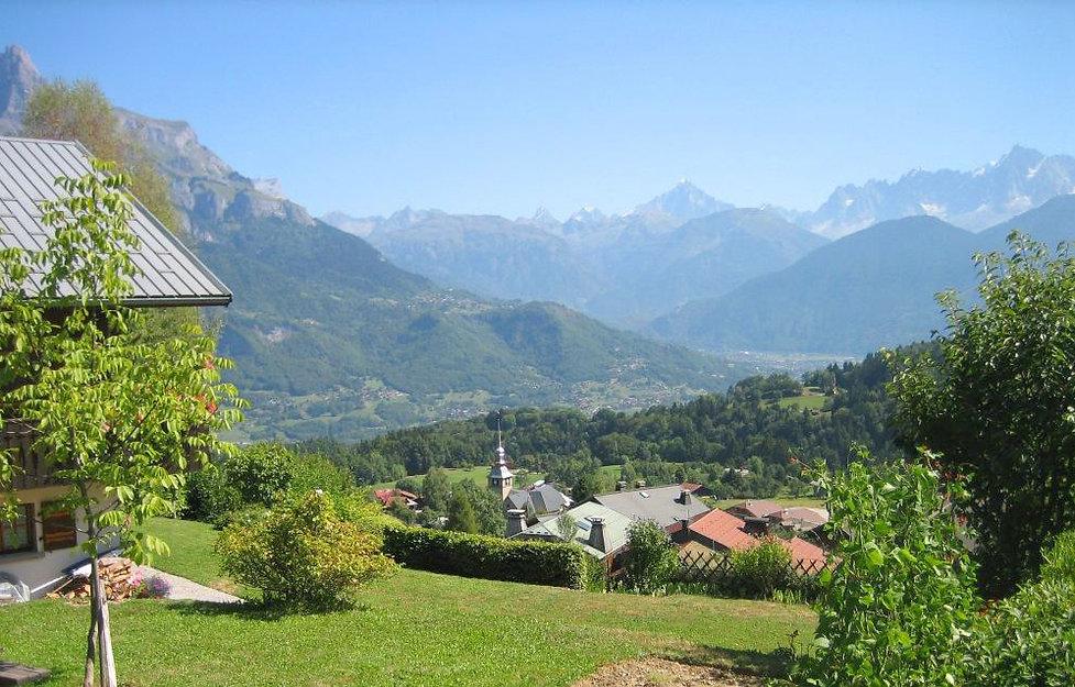 Vue du village de Cordon location de vacances, jardin du chalet les Cerises Haute-Savoie