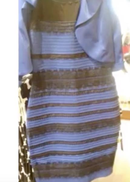 Vestido branco e dourado ou azul e preto