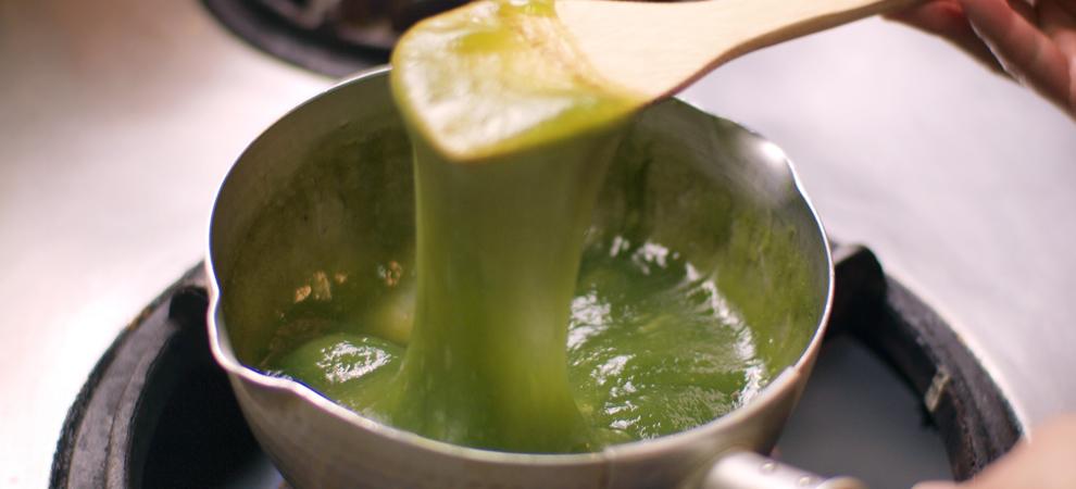 手鍋で練り上げる 抹茶わらび餅
