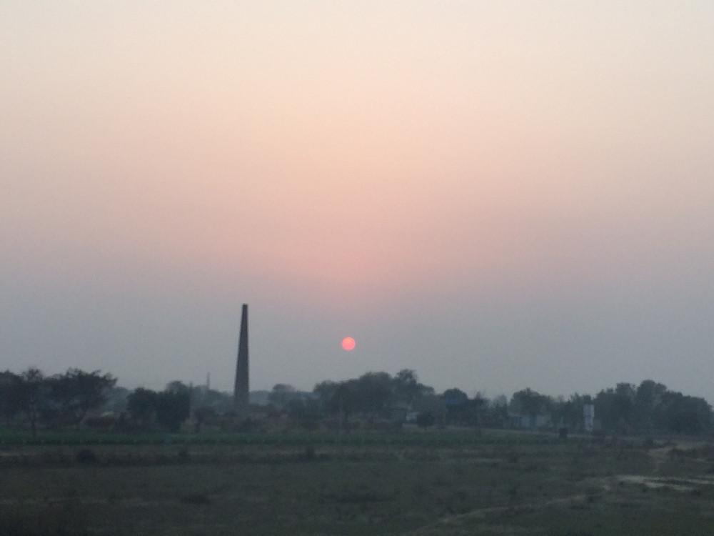 インドで見た日の入り(太陽は地平線ではなく埃の層に消えていきました)