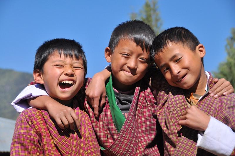 ブータンの澄みきった青い空に子供たちの笑顔が映えます