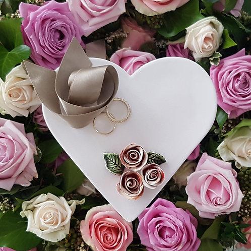 Ringschale Cremeweiss mit 3 Rosen Rot & Blätter