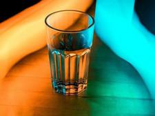 Mettez un verre d'eau salée dans la pièce, la raison est très importante!