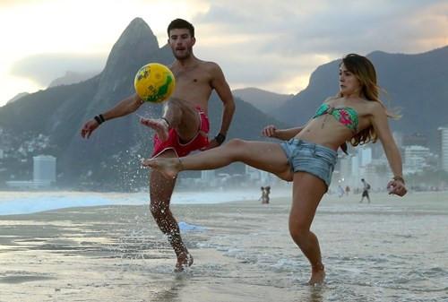 Plajlar futbol oynayan insanlarla dolar