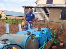 À Madagascar, Ricky cuisine avec du gaz obtenu à partir du méthane des excréments de zébus
