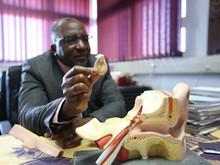 Un médecin sud-africain guérit la surdité avec la toute première greffe d'oreille moyenne