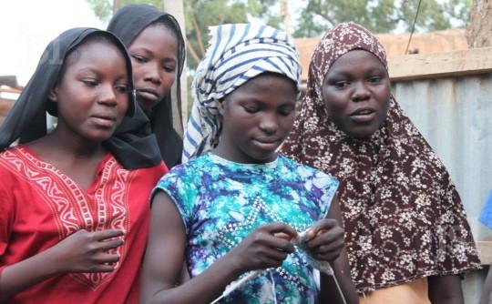 un-groupe-de-jeunes-filles-en-apprentissage-couture-parrainees-par-appuis-et-qui