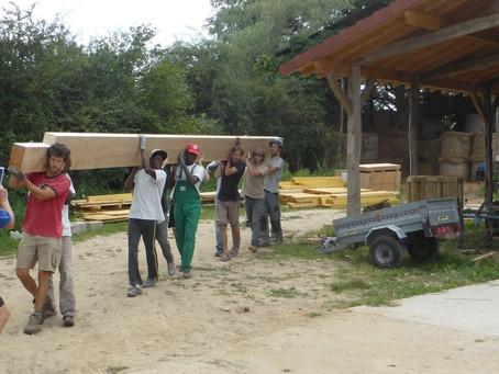 Le chantier solidaire « éco-citoyens d'ici et d'ailleurs » à la ferme de la Pérouze à Dommartin dans