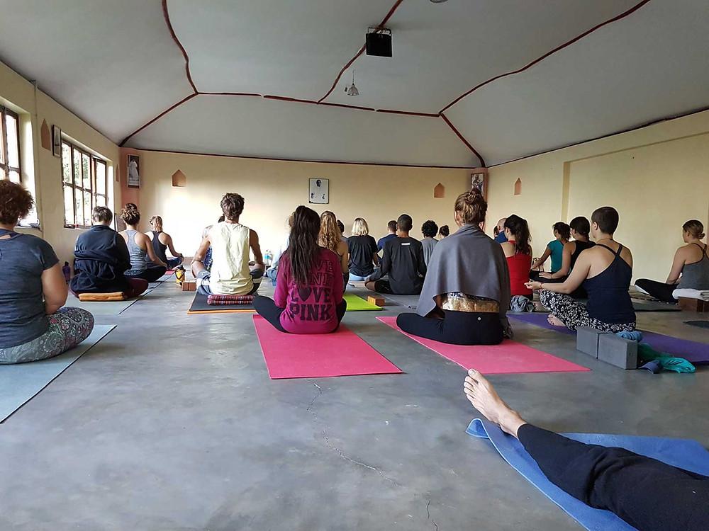 Yogaklass på Trimurti Yoga i Dharamkot