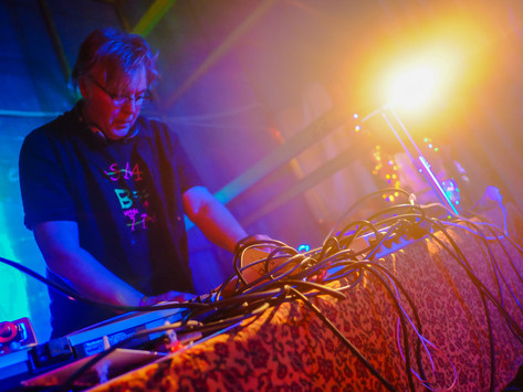 Poddtipset: THE RESIDENT YOGA DJ TALAR UT