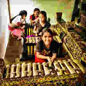 Xylofonspelande flickor i Munduk.