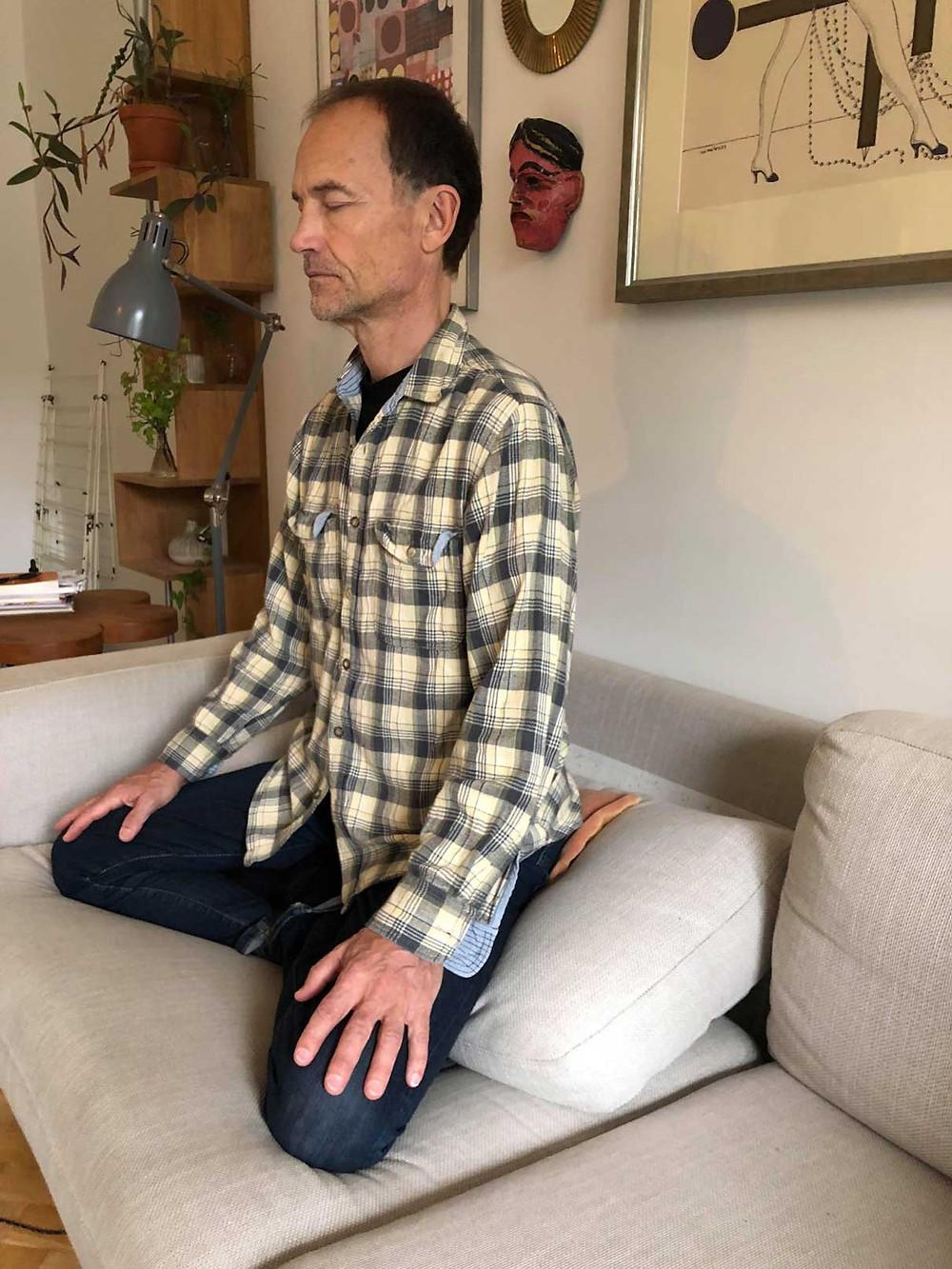 Christian Wigardt visar sin meditationsställning