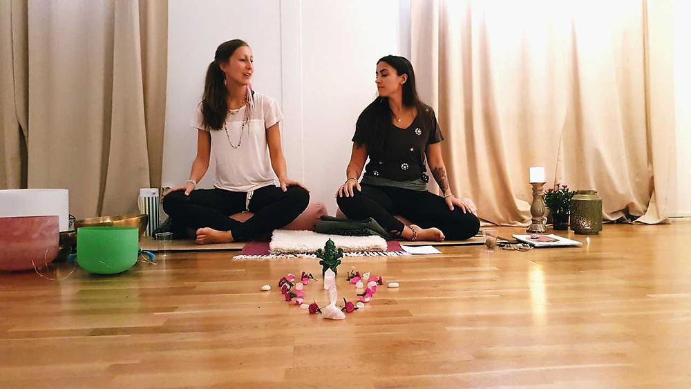 Petra och Leila på Trinity Yoga i Sundbyberg