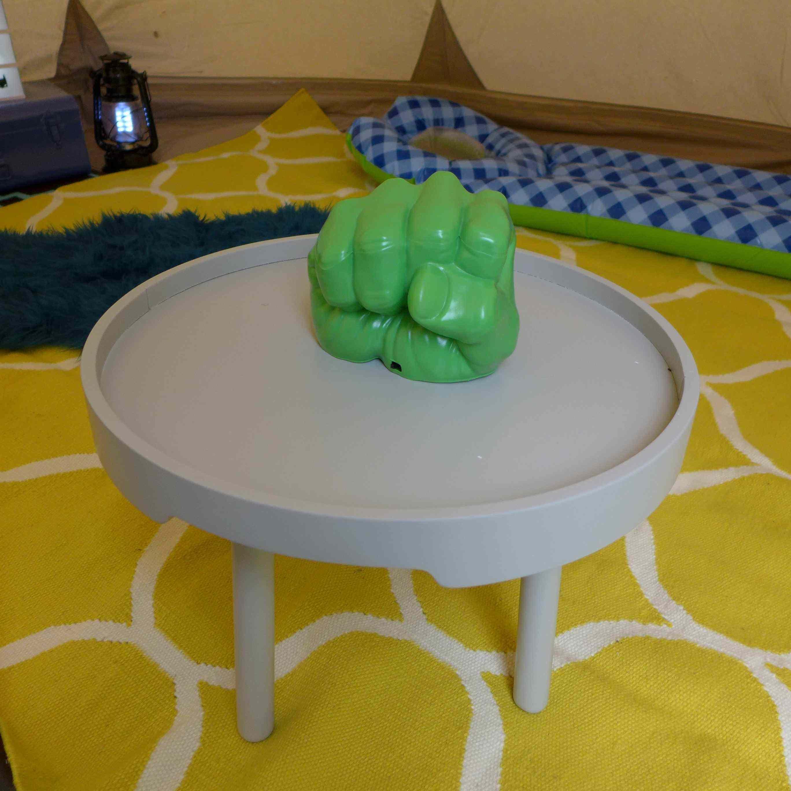 poing hulk et table basse grise
