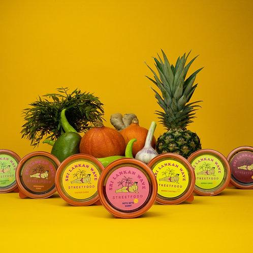 7 verschiedene Curries, vegan, Gemüse im Hintergrund, Bundle von Curries und Chutneys
