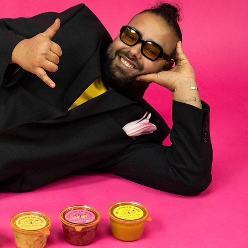 Singhalesischer Businessman grinst, 3 Curries im Glas